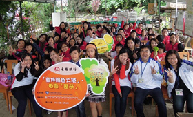Our volunteers and the children from Tuen Mun District all wear smiley faces to kick start the activity.