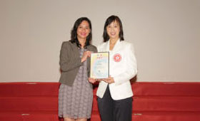 Ms. Venus Lee (left), Head of Corporate Communications of Wing Lung Bank, received the appreciation certificate from Ms. Michelle Li, Director of Leisure and Cultural Services Department.