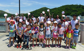 A group photo of our volunteers and children at Tai O Pier as a kick off of the day.