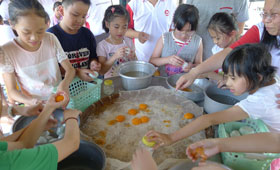 The children made their concentrated efforts on making their own sun-dried duck egg yolks.