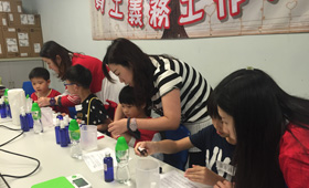 Wing Lung Volunteer Team and children measured the ingredients for their natural mosquito repellent.