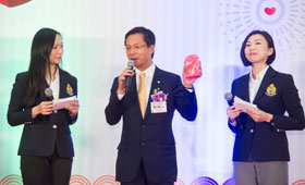 Mr. Derek Chung (center) shared tips of using bank services and presented red packets to the senior citizens on behalf of the Bank.