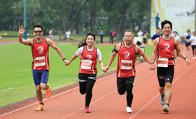 Colleagues joined hands to run towards the goal, showing their unbeatable team spirit.