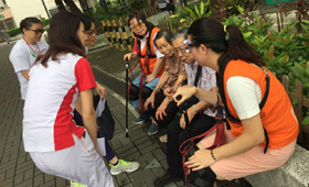The volunteers chatted with the elderlies living in Kwun Tong to get deeper understanding of their daily life and to send them love and care.