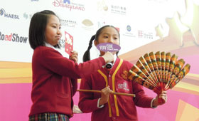 The primary students showed their support to environmental protection through an amusing drama in the ceremony.
