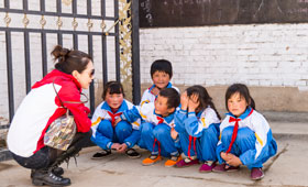 Wing Lung volunteer grasped the precious opportunity to interact with the students.