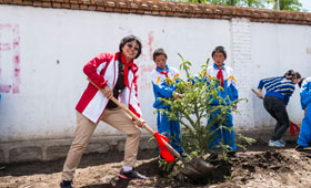 Wing Lung volunteer team, teachers and students planted 8 pine trees at school to celebrate the Bank's 80th Anniversary.