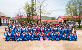 Wing Lung volunteer team took a group photo with the students and teachers of the school.